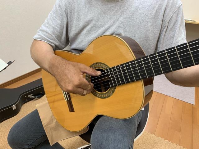 ギターの構え方