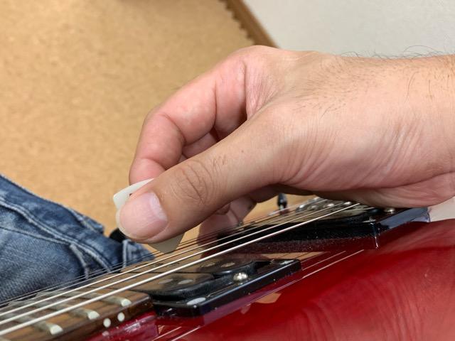 エレキギター右手