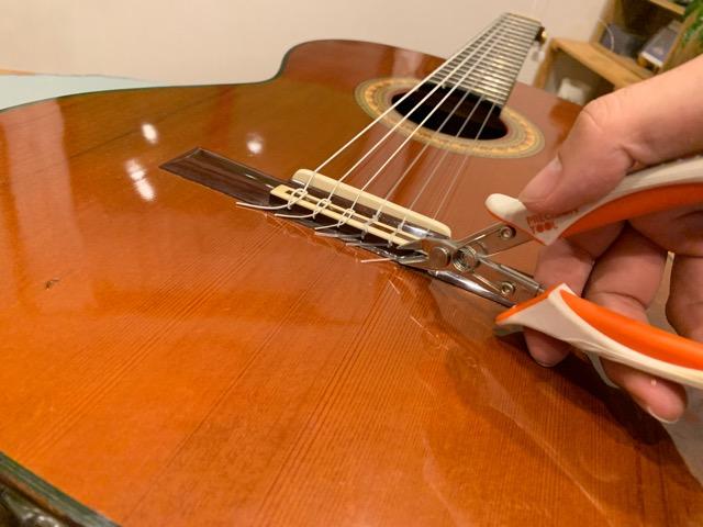 ニッパーで弦を整えます
